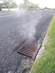 La fumée sort des egouts à Rotorua
