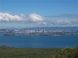 Le sommet de Rangitoto vu sur Auckland